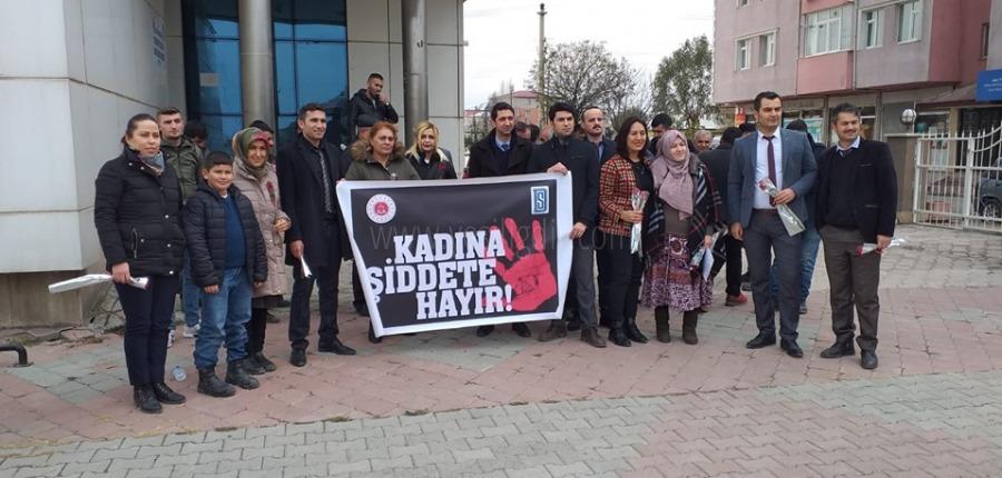 """Denetimli Serbestlik Müdürlüğü """"KADINA ŞİDDETE HAYIR"""" Pankartı açarak"""